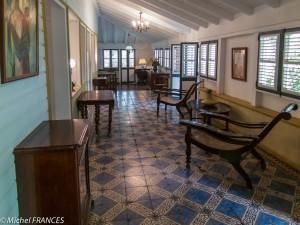 Un autre salon dans la galerie qui entoure la maison sur trois côtés